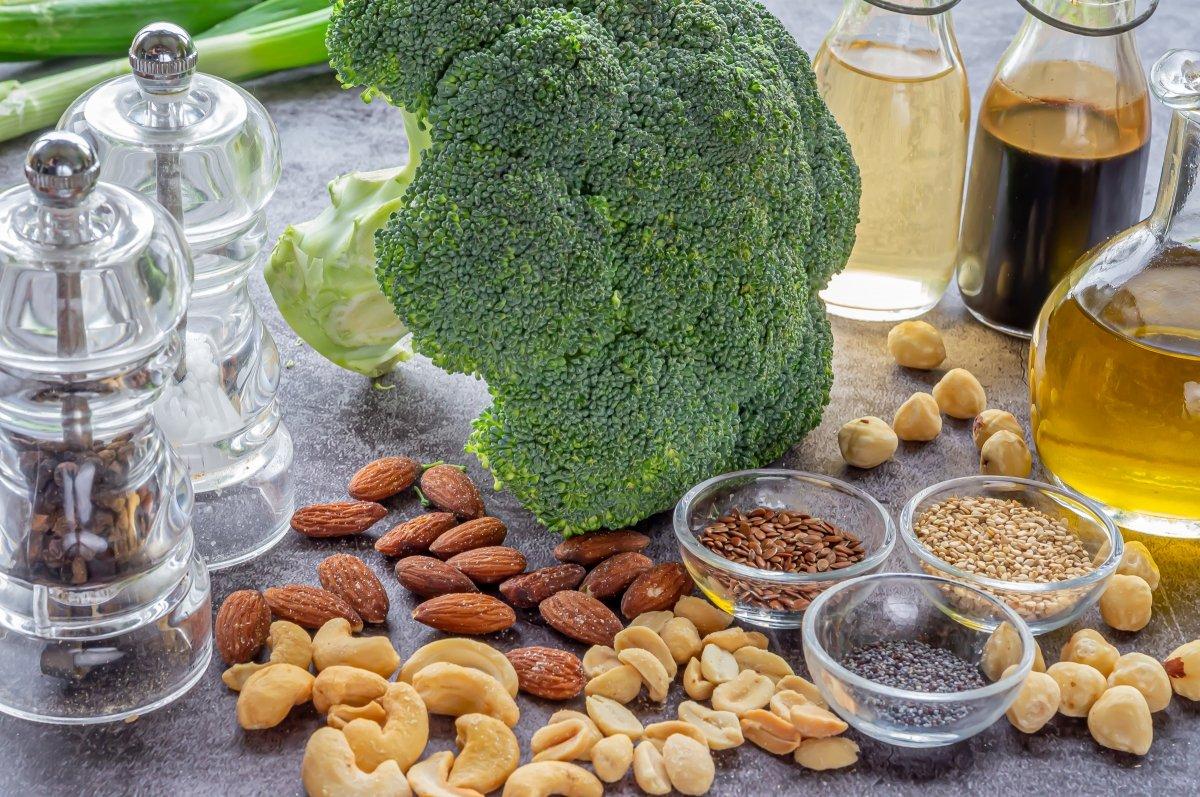 Ingredientes para brócoli al vapor con vinagreta de frutos secos