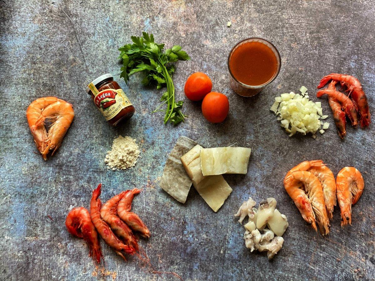 Ingredientes para cocinar la caldereta de marisco y bacalao