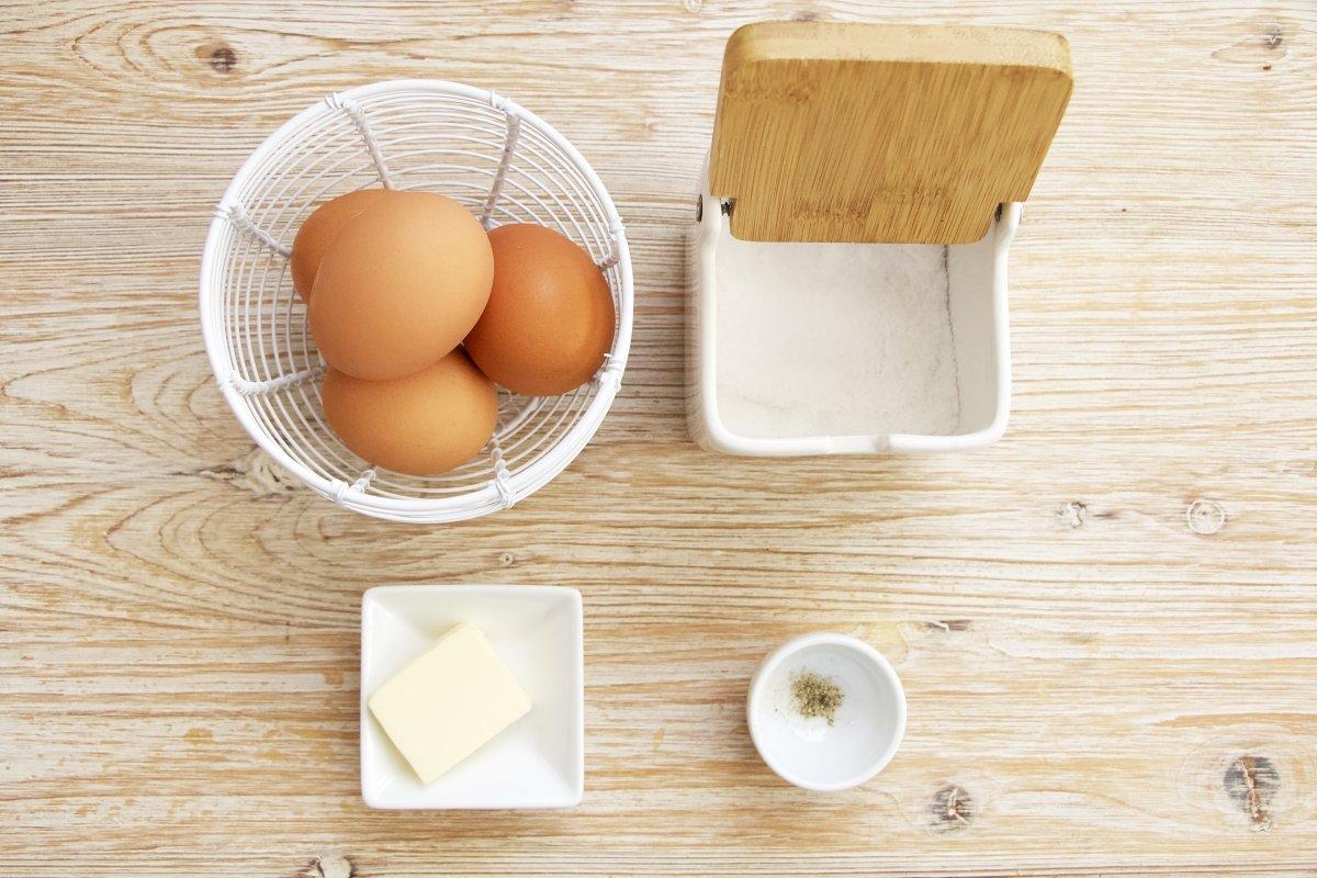 Ingredientes para cocinar unos huevos revueltos