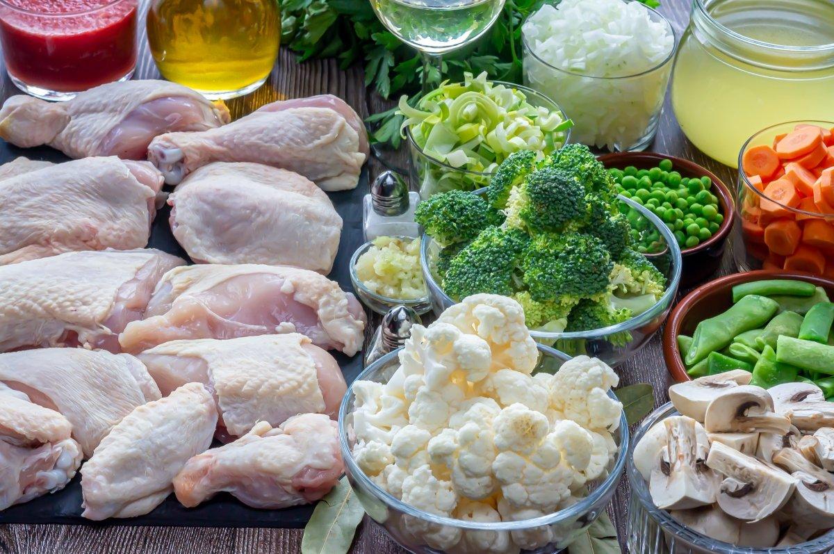 Ingredientes para el pollo guisado con verduras