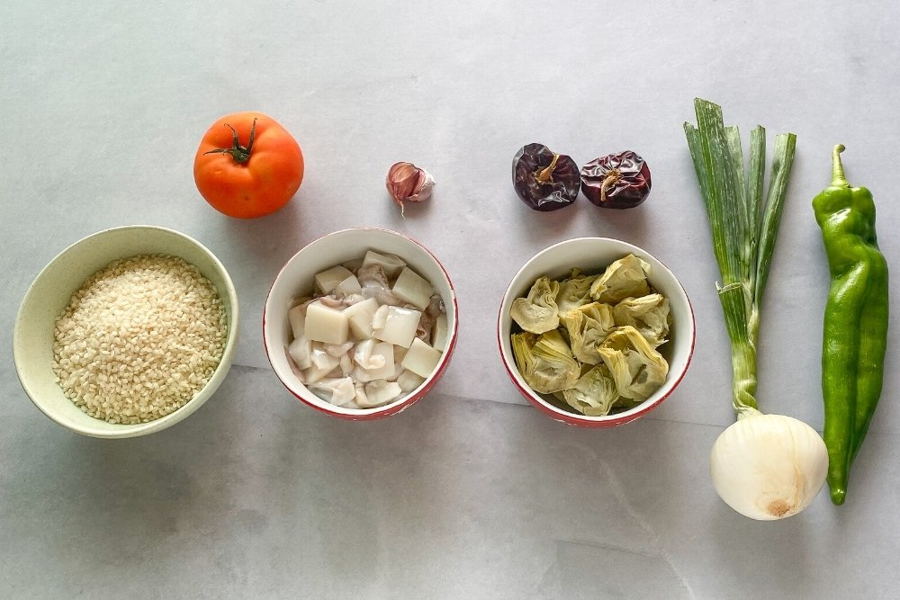 Ingredientes para elaborar arroz con sepia y alcachofas