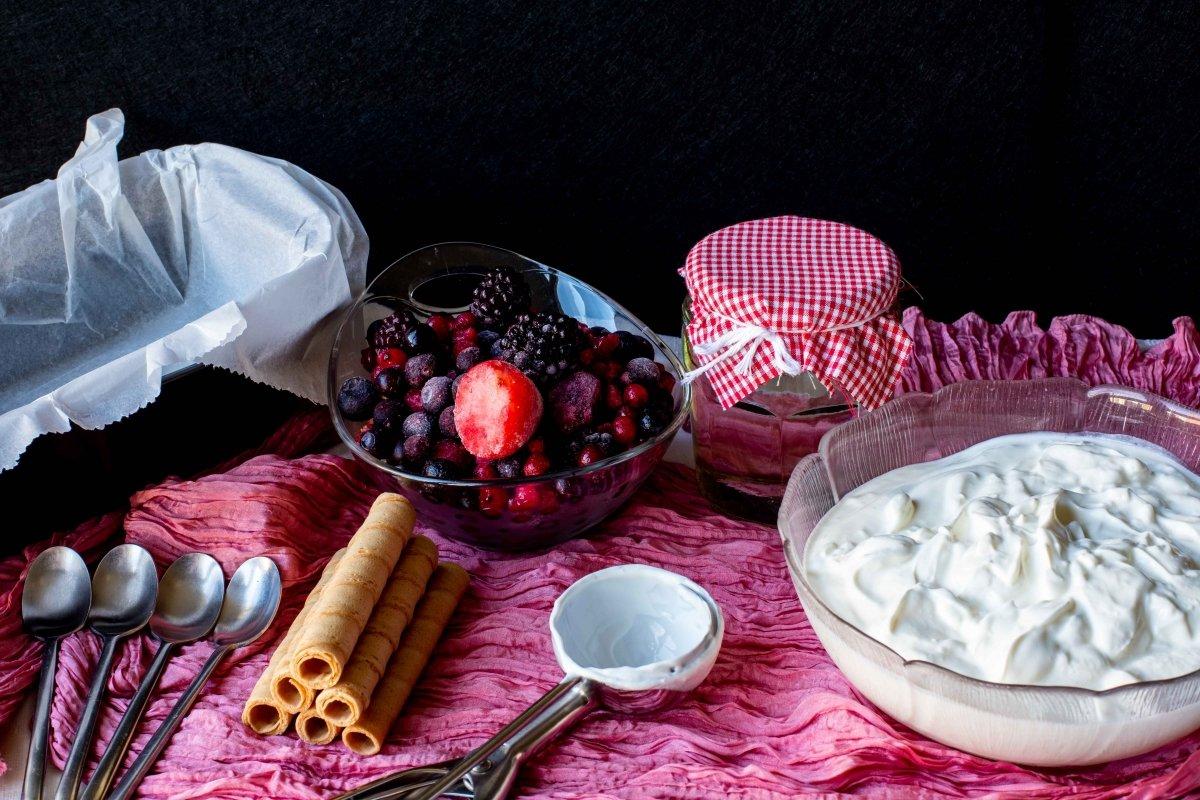 Ingredientes para elaborar el helado de yogur y frutos rojos