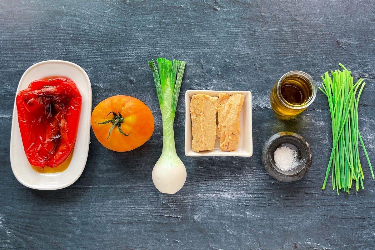 Ingredientes para elaborar ensalada de bonito, tomate y pimientos