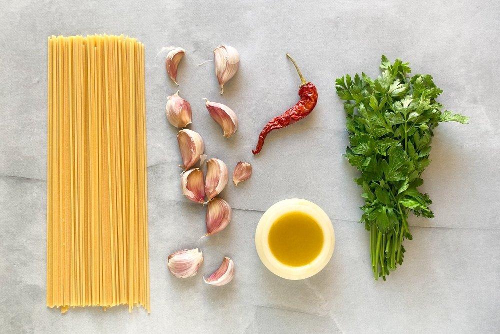 Ingredientes para elaborar espaguetis aglio e oleo