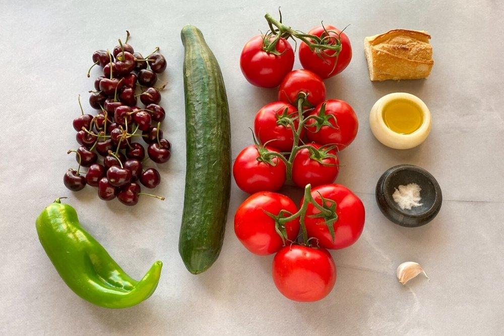 Ingredientes para elaborar gazpacho de cerezas