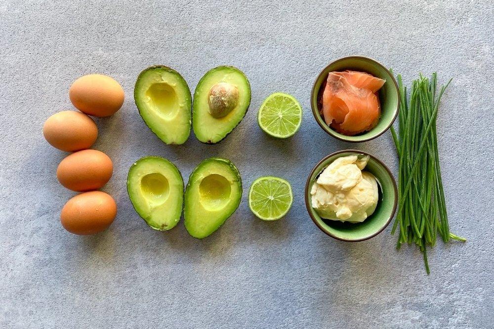 Ingredientes para elaborar huevos rellenos de aguacate y salmón