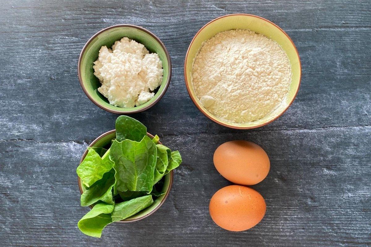 Ingredientes para elaborar raviolis rellenos de espinacas y requesón