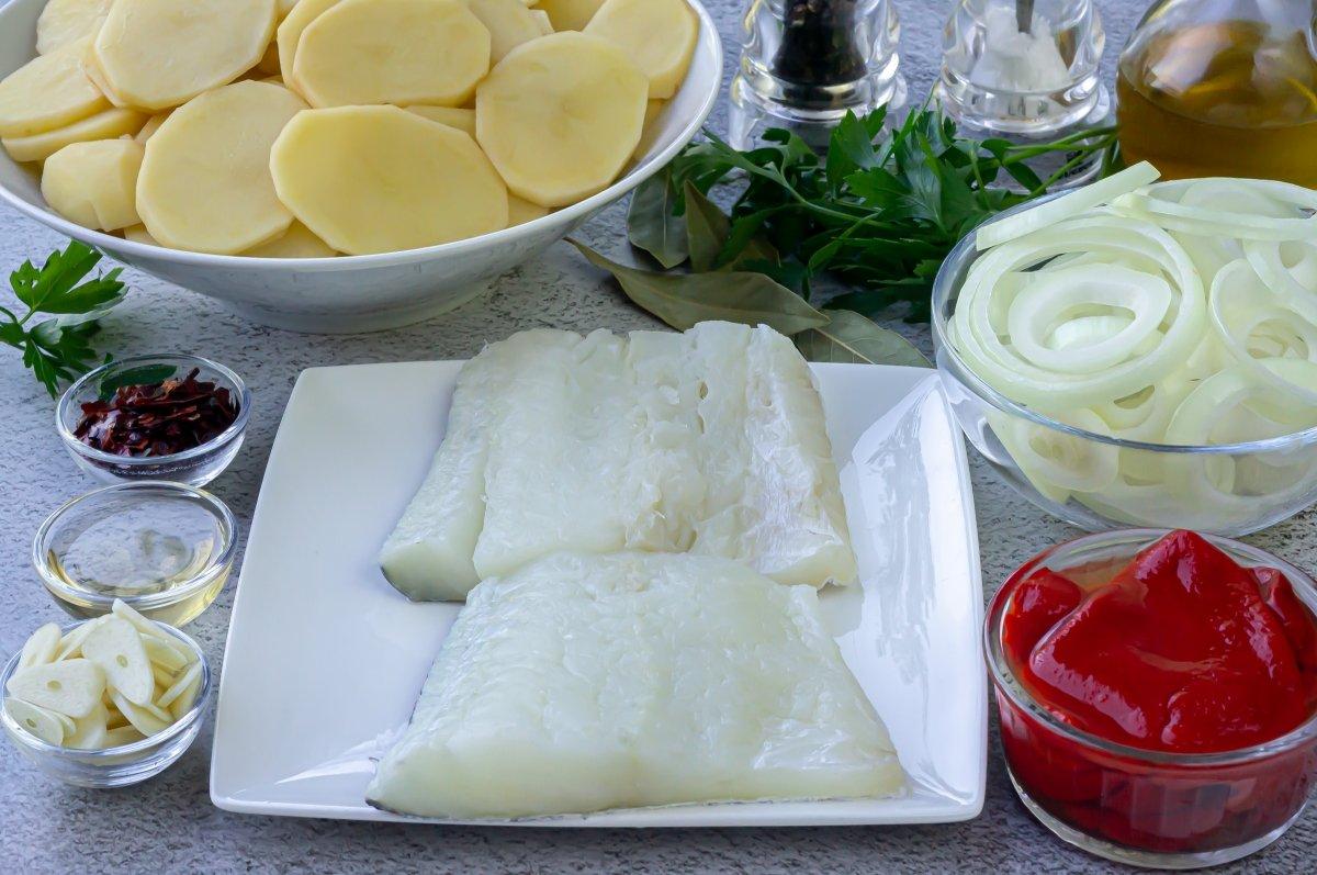 Ingredientes para hacer bacalao al horno con patatas y cebollas