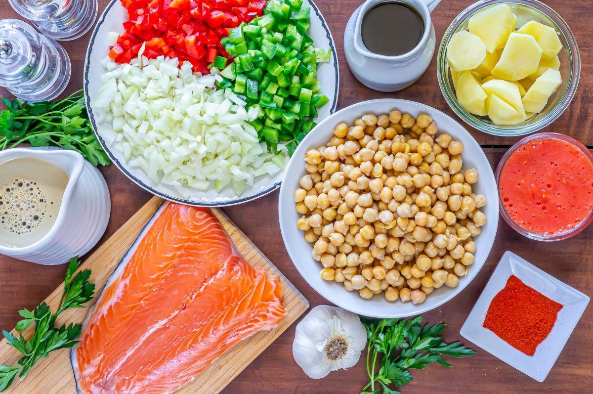 Ingredientes para hacer garbanzos con salmón