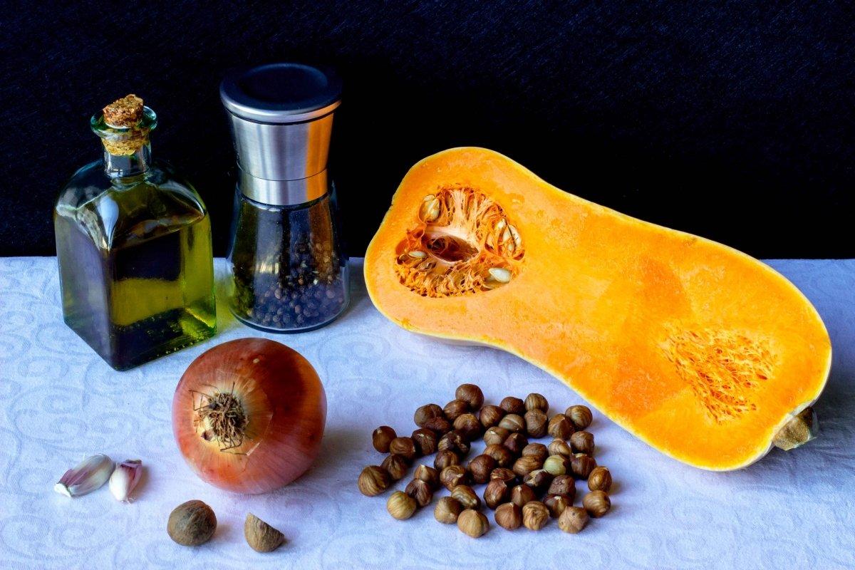 Ingredientes para hacer la crema de calabaza con avellanas