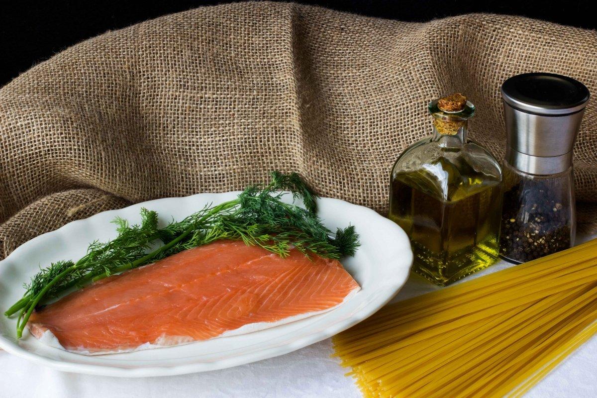 Ingredientes para hacer los espaguetis con salmón