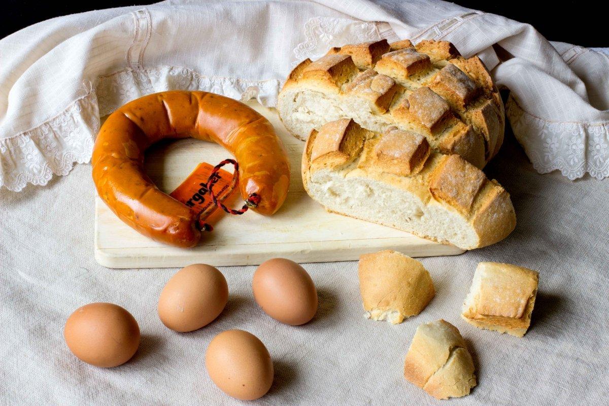 Ingredientes para hacer los huevos fritos con farinato