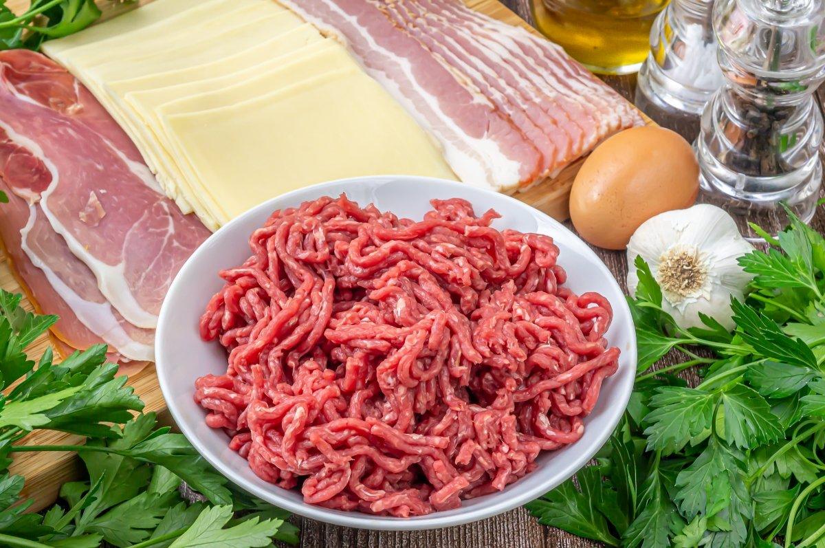Ingredientes para hacer rollos de carne picada rellenos