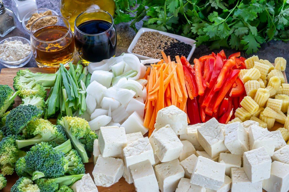 Ingredientes para hacer tofu con verduras