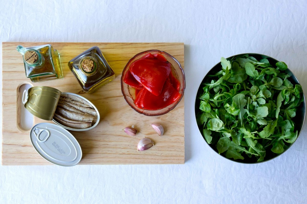 Ingredientes para la ensalada verde con pimientos de piquillo y ventresca