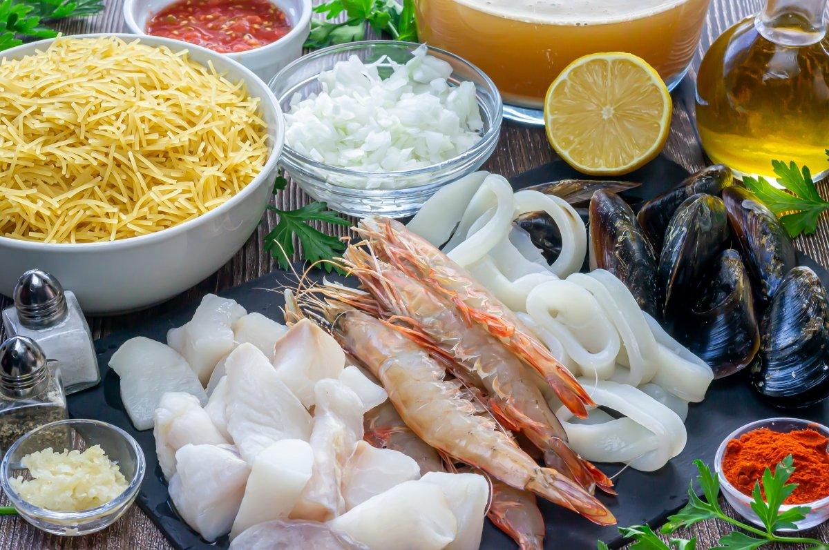 Ingredientes para la fideuá de pescado y marisco