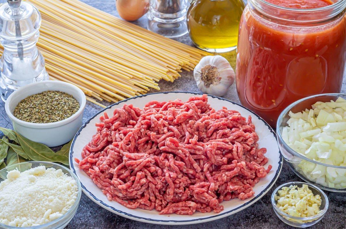 Ingredientes para los espaguetis con carne picada y tomate