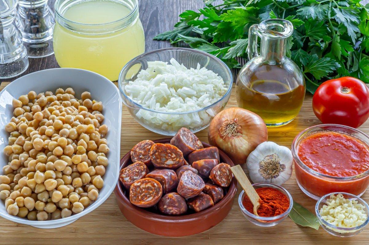 Ingredientes para los garbanzos con chorizo