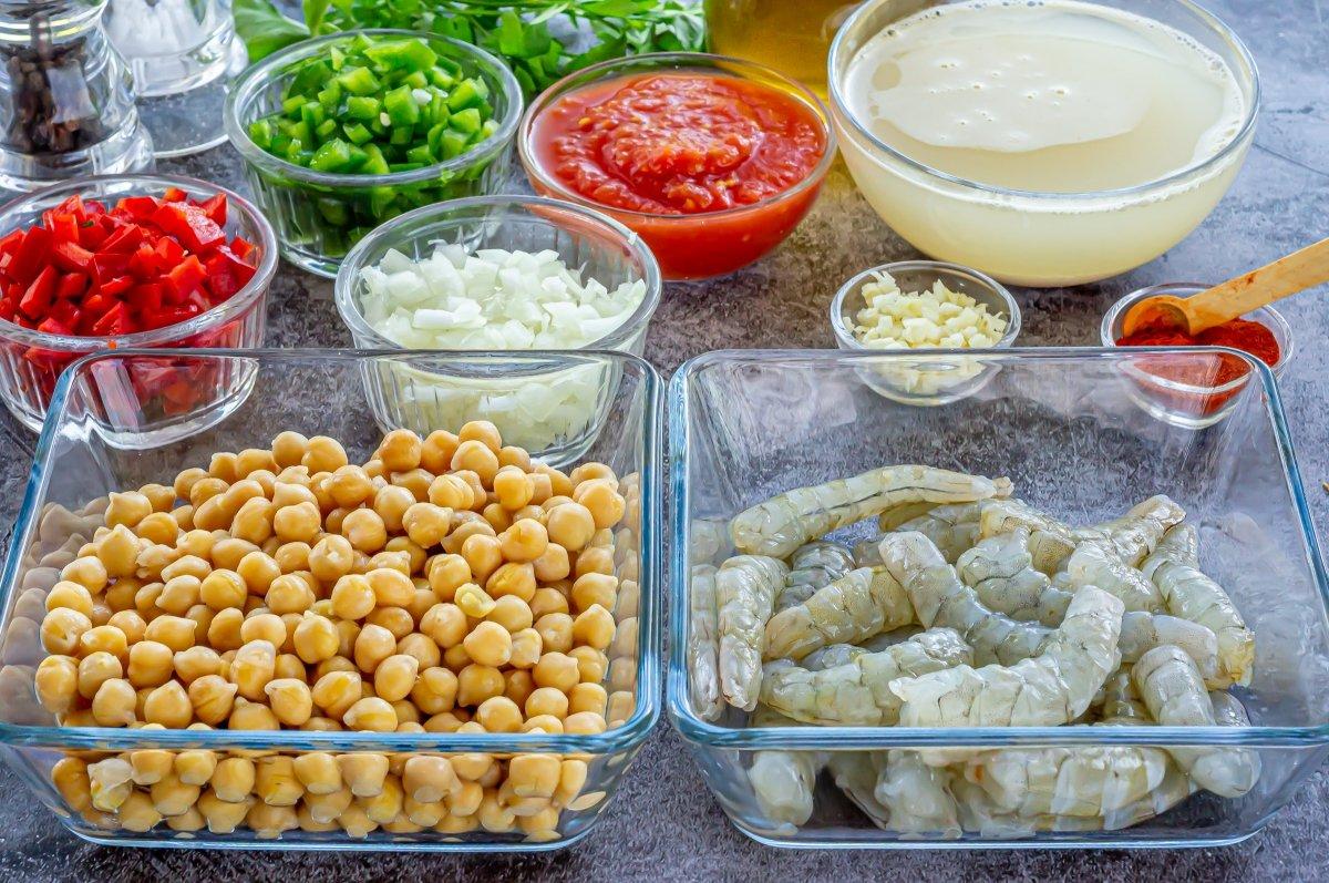 Ingredientes para los garbanzos con langostinos *