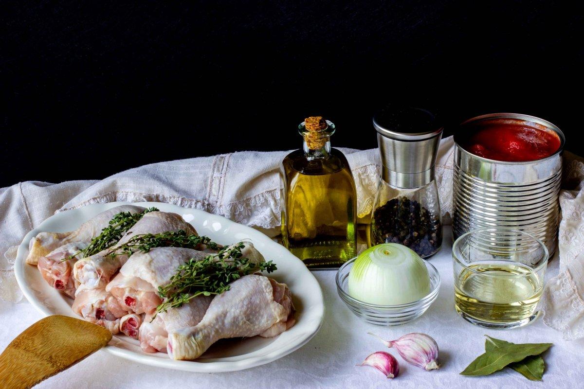Ingredientes para preparar el pollo con salsa de tomate