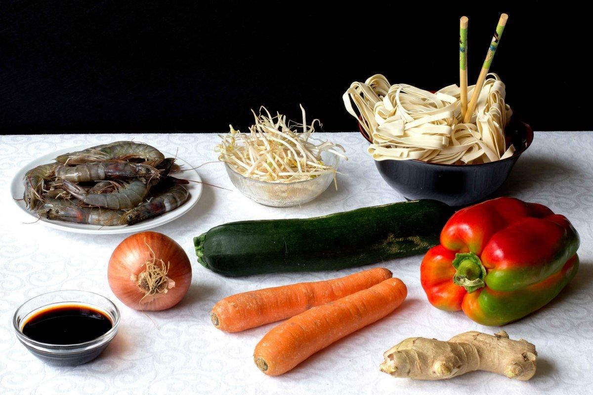 Ingredientes para preparar los tallarines tres delicias