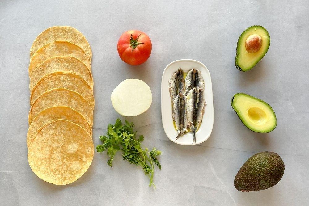 Ingredientes para preparar tacos de boquerones marinados y pico de gallo