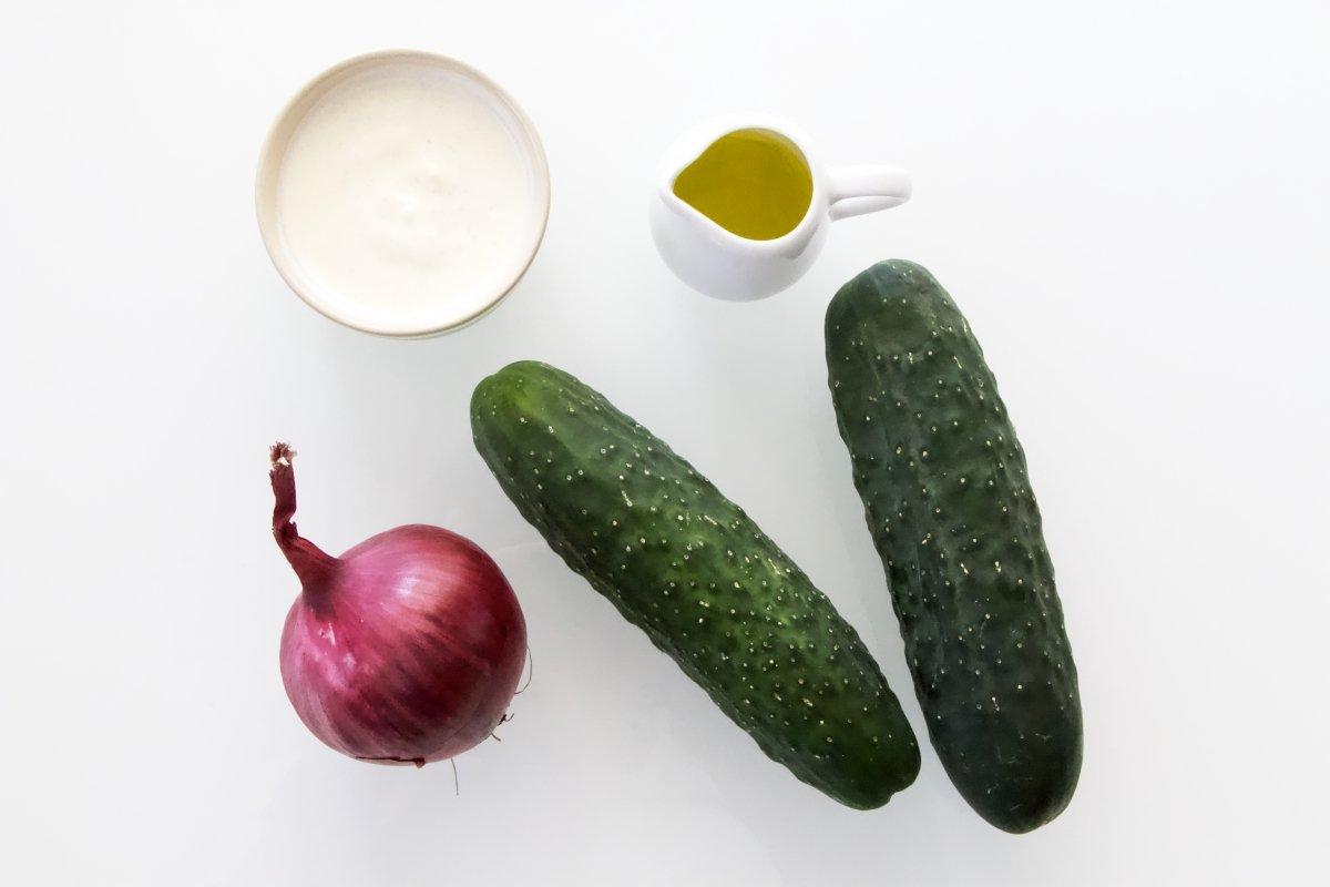 Ingredientes para preparar una ensalada de pepino