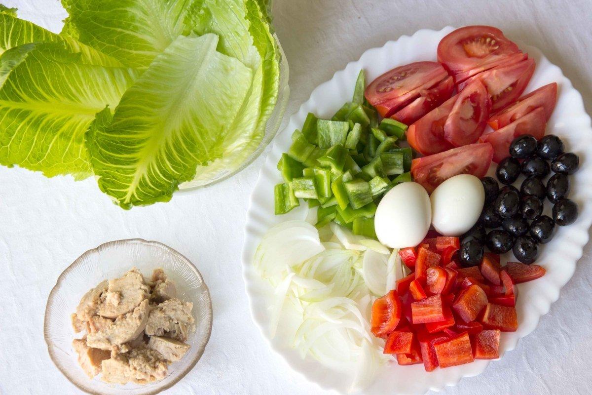 Ingredientes preparados para montar la ensalada de patata