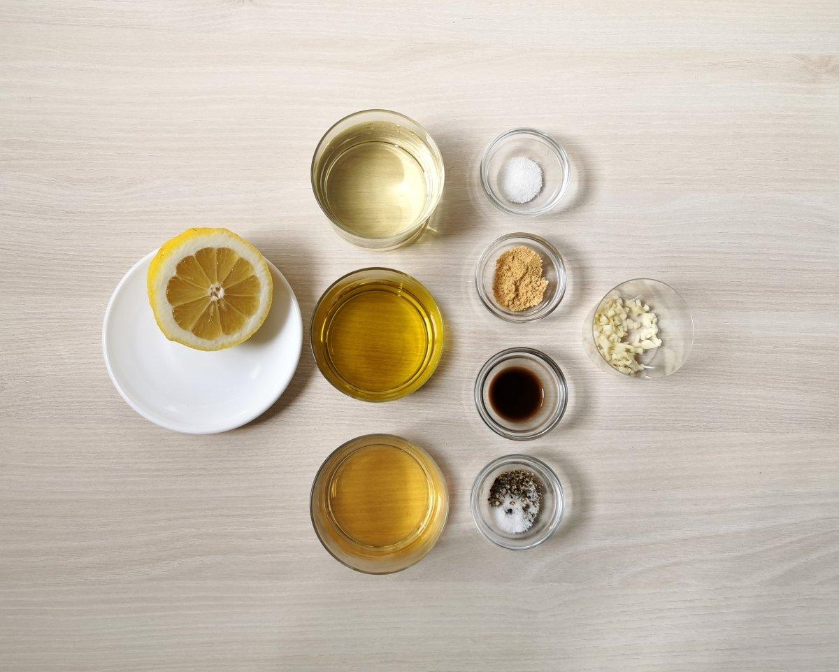 Los ingredientes del aliño para la ensalada Cobb
