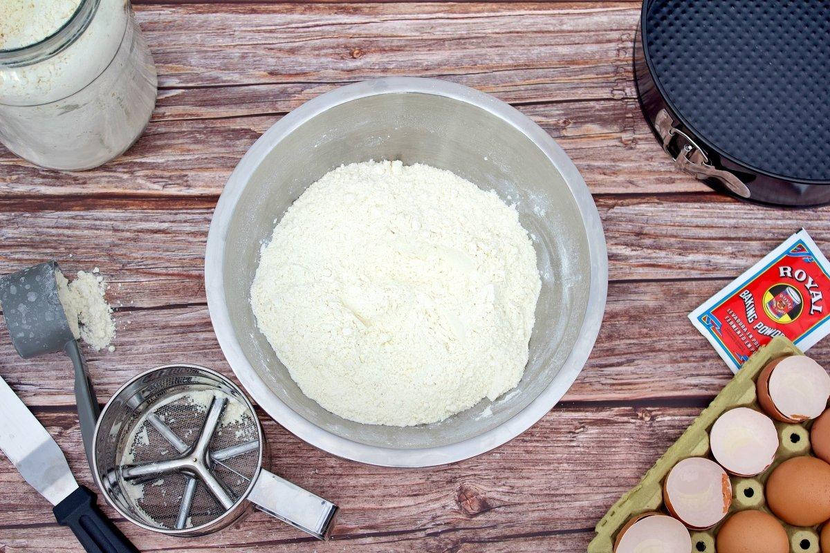 Ingredientes secos del bizcocho de dulce de leche mezclados en un bol