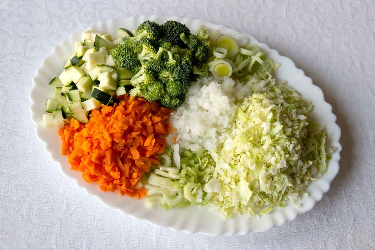 Ingredientes troceados para la sopa de verduras