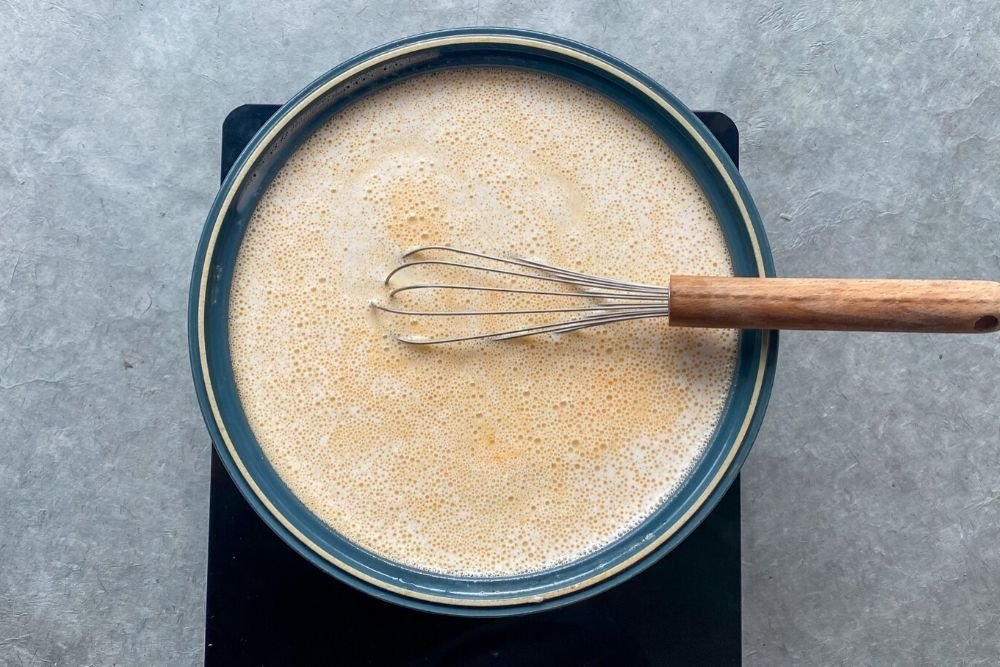Integrar la mayonesa al caldo de pescado