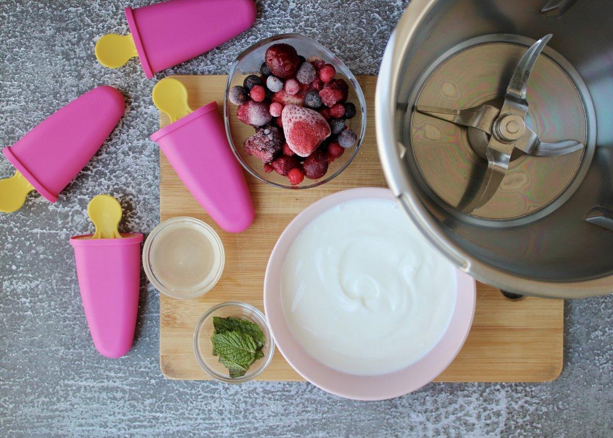 Introducción de los ingredientes en la procesadora de alimentos para hacer el helado