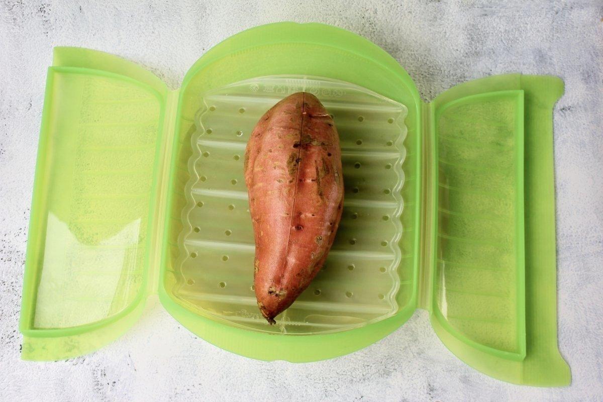 Introducción del boniato en el recipiente apto para microondas