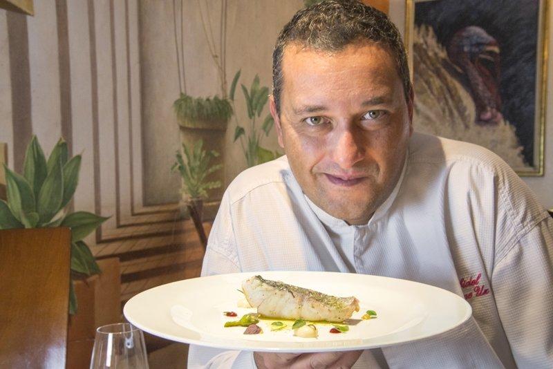 Jaime Uz sosteniendo un plato de Arbidel