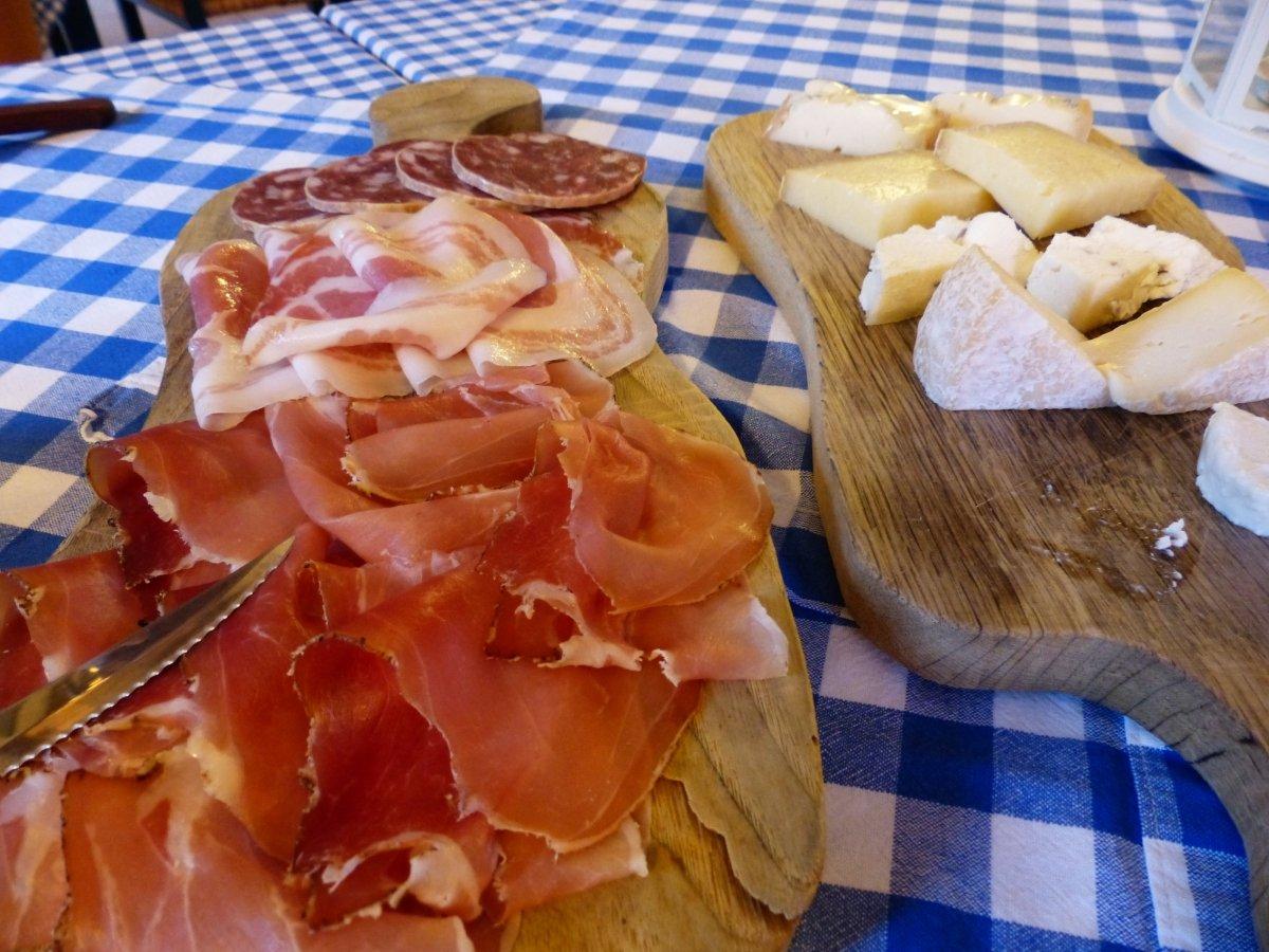 Jamón, embutidos y queso en una tabla
