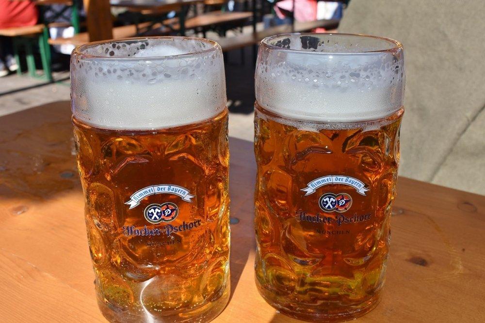 Jarras de cerveza alemana que respetan la Ley de Pureza de 1516
