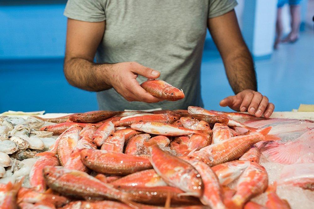 Jaume Puigdengolas del restaurante Skina comprando pescado