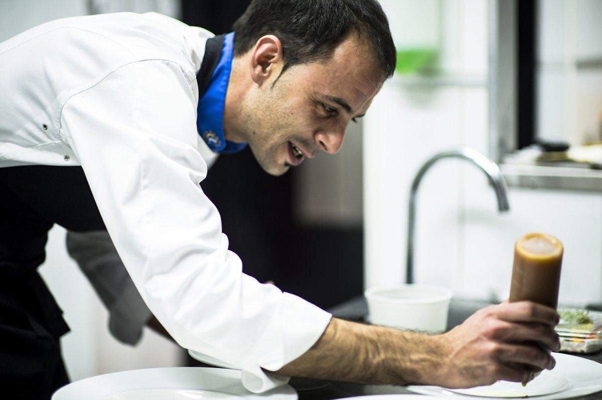 Javier Rodríguez, preparando un plato