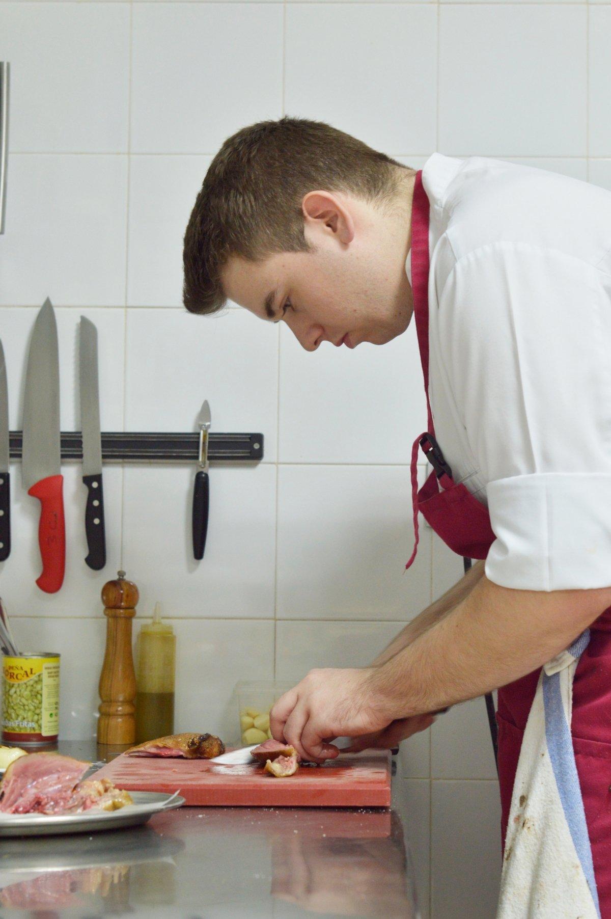 Jesús Moral en su cocina del restaurante Taberna de Miguel