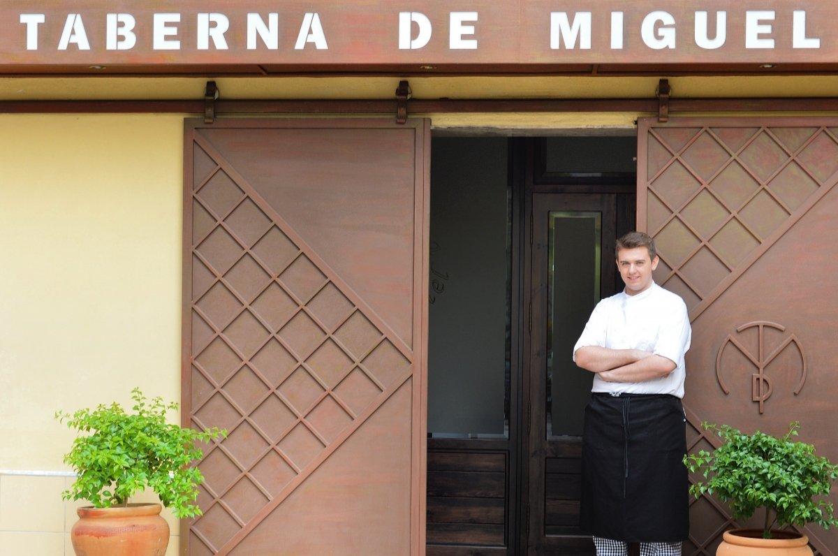 Jesús Moral frente al restaurante la Taberna de Miguel