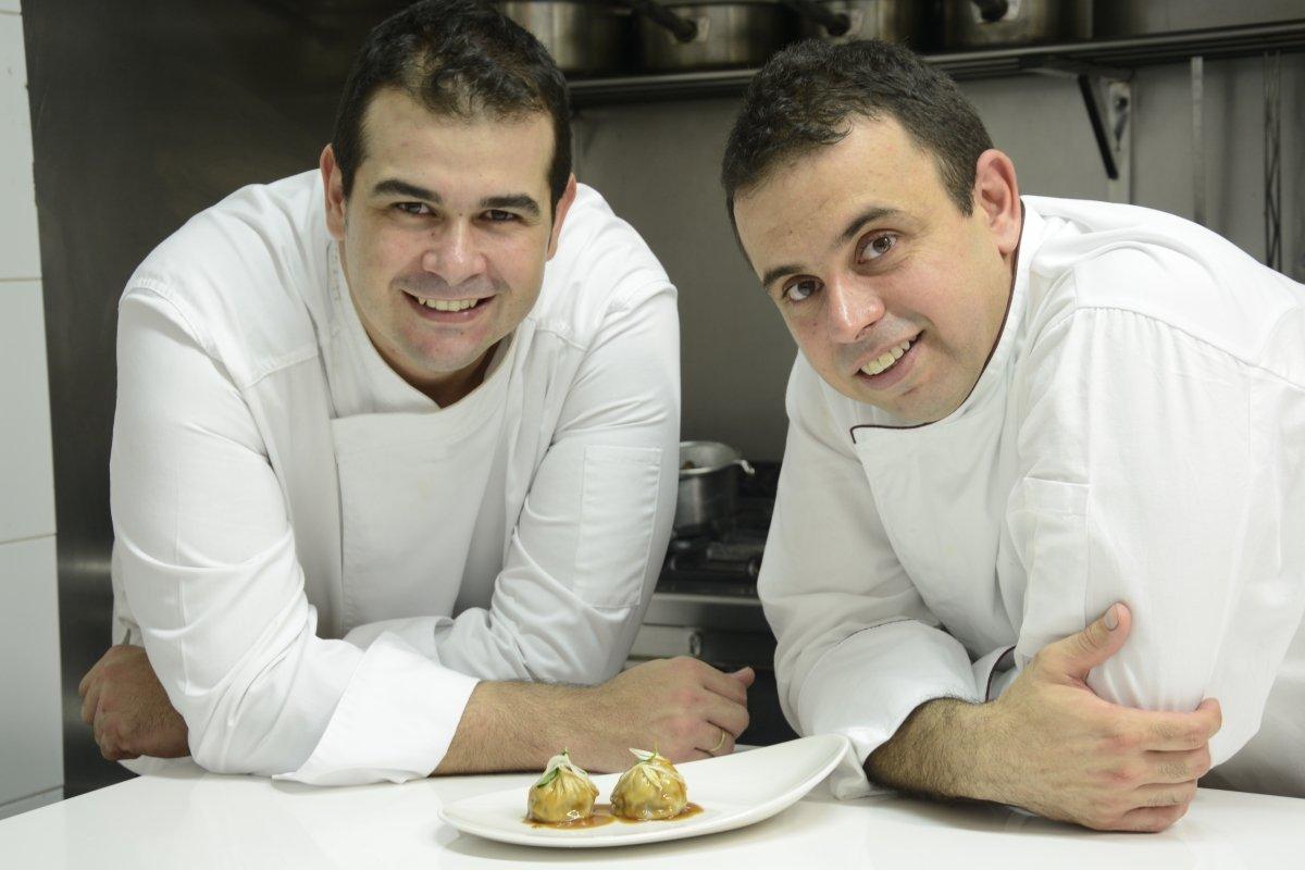 Johnatan y Juan Carlos Padrón en la cocina del restaurante El Rincón de Juan Carlos