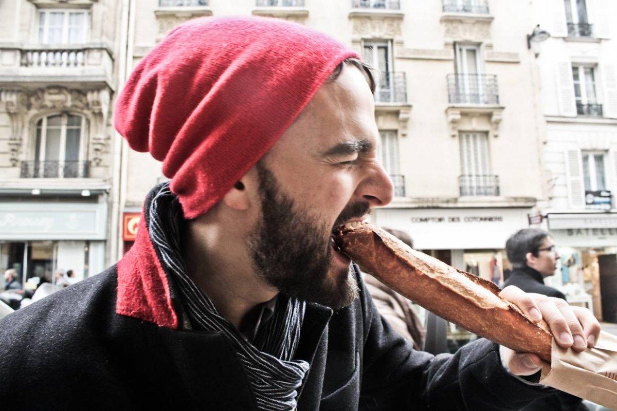 Jorge Galindo mordiendo una barra de pan