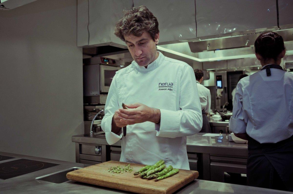 Josean Alija en su cocina del restaurante Nerua