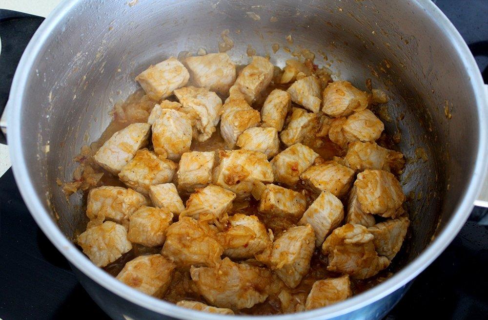 La carne del lomo de cerdo al curry rehogándose