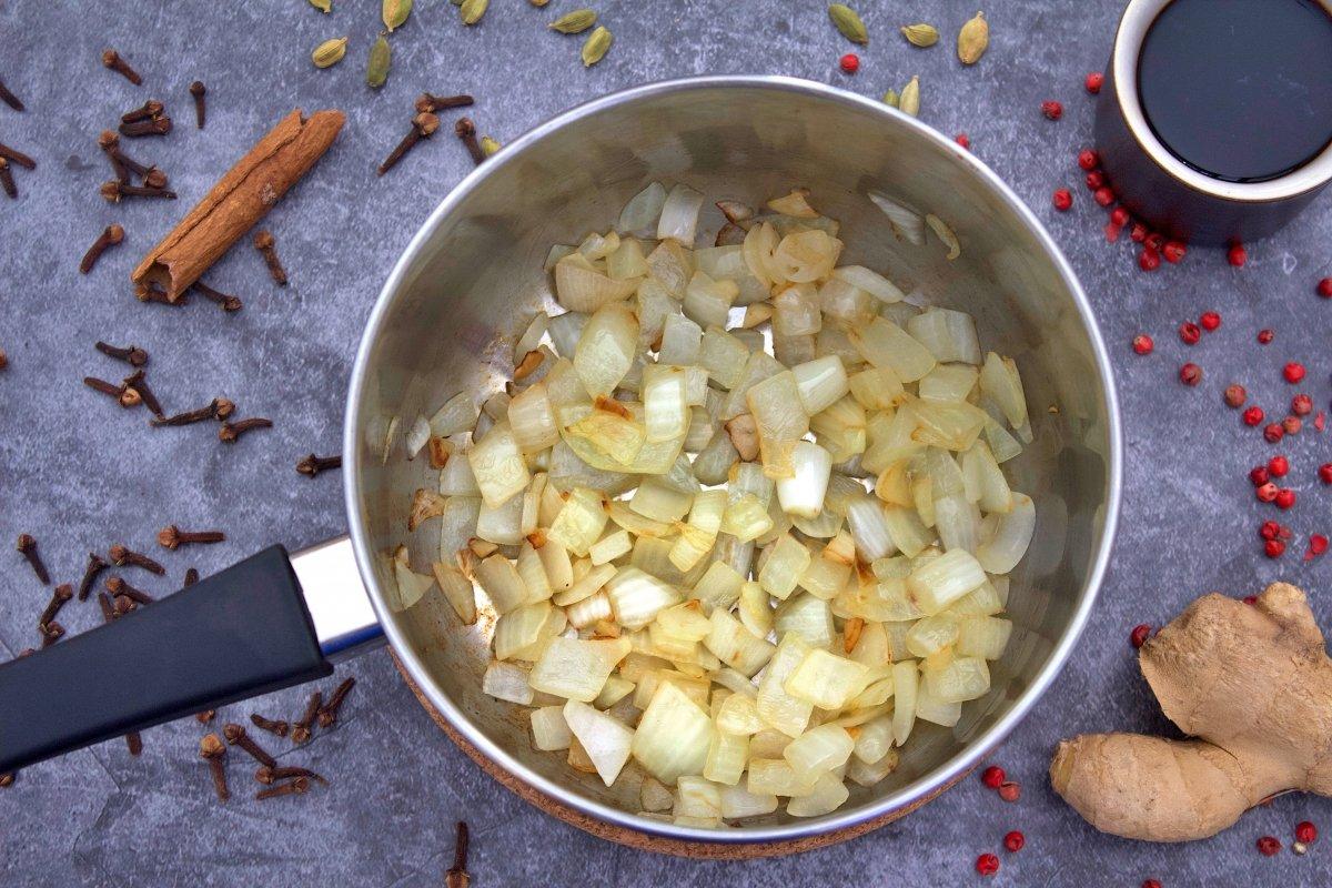 La cebolla y el ajo de la salsa worcertershire en una olla