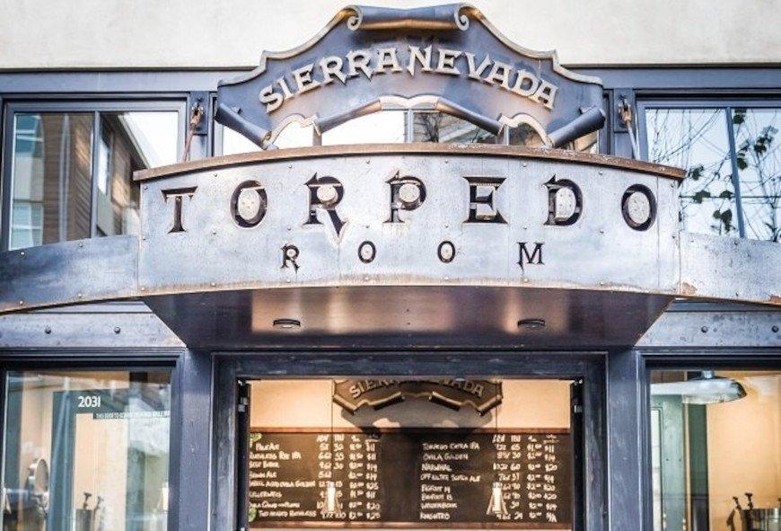 La entrada al taproom dedicado a la Torpedo Extra IPA
