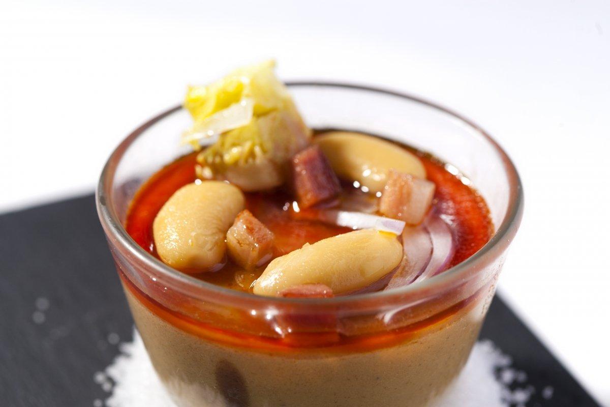 La fabada moderna con sabores de antaño y texturas de hoy del restaurante El Corral del Indianu