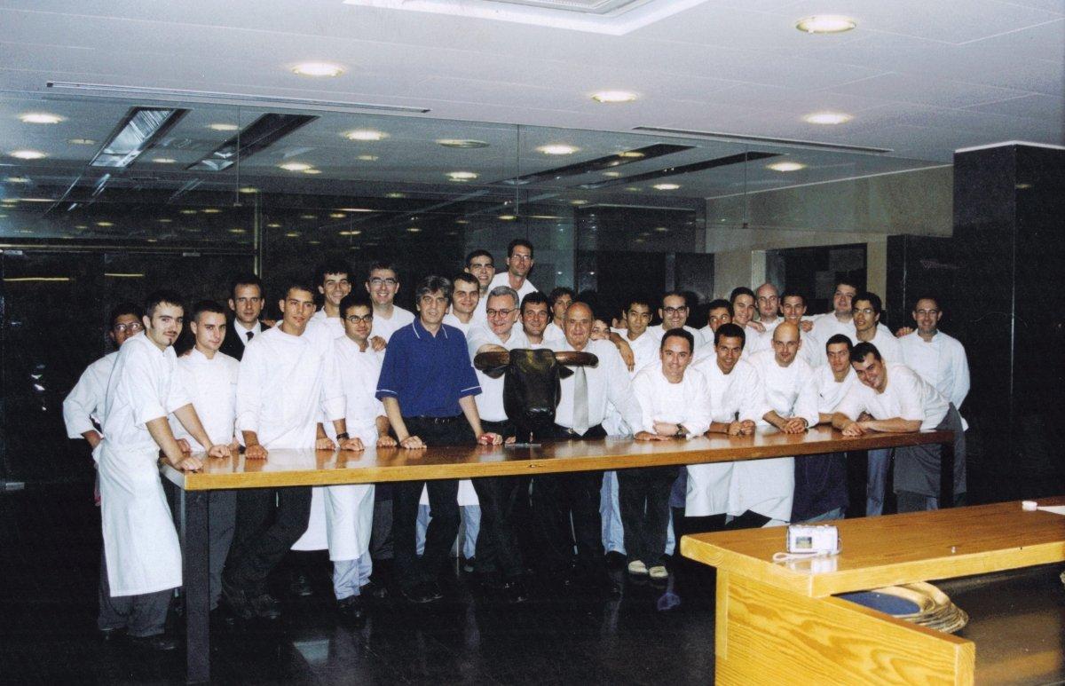 La plantilla de cocina de elBulli en 1999 con Alain Ducasse y Poul Bocuse
