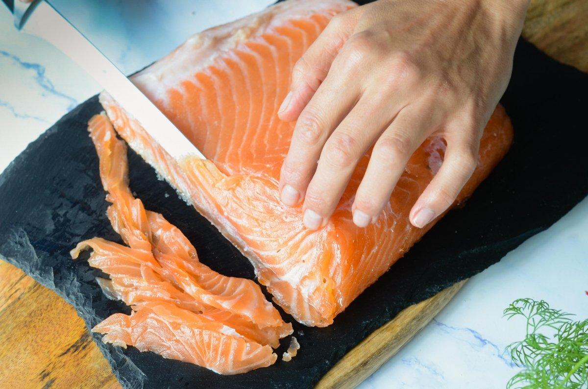 Laminando salmón ahumado